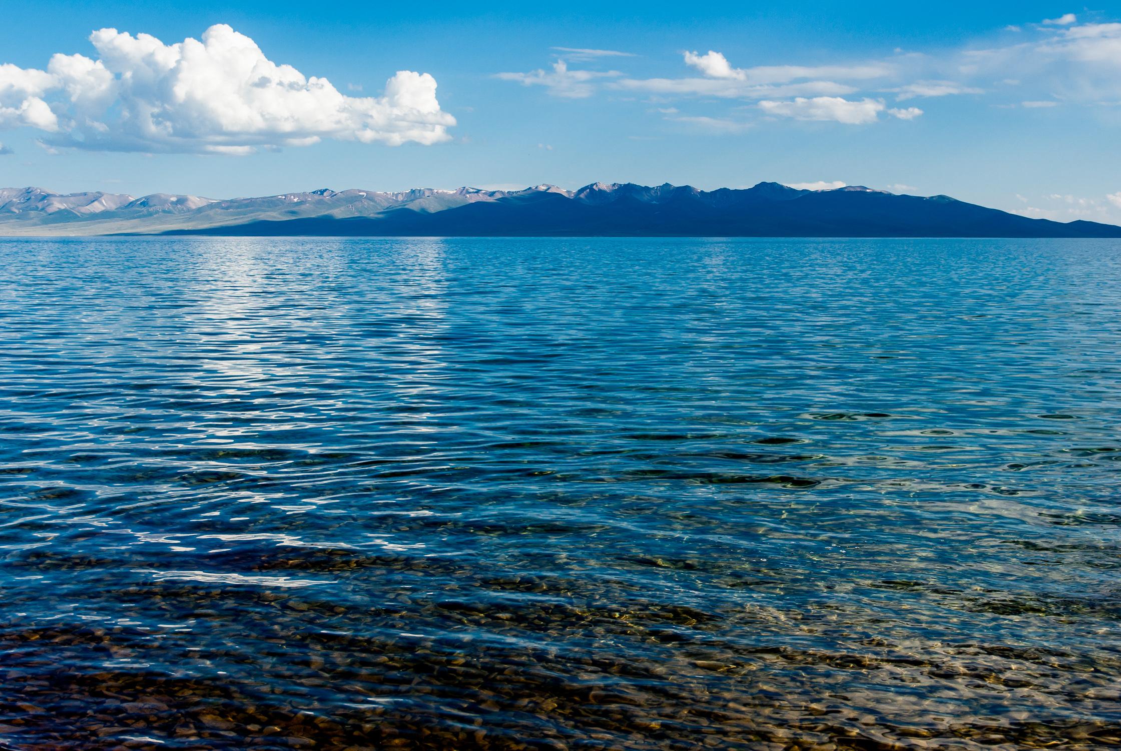 Небо, вода, галька
